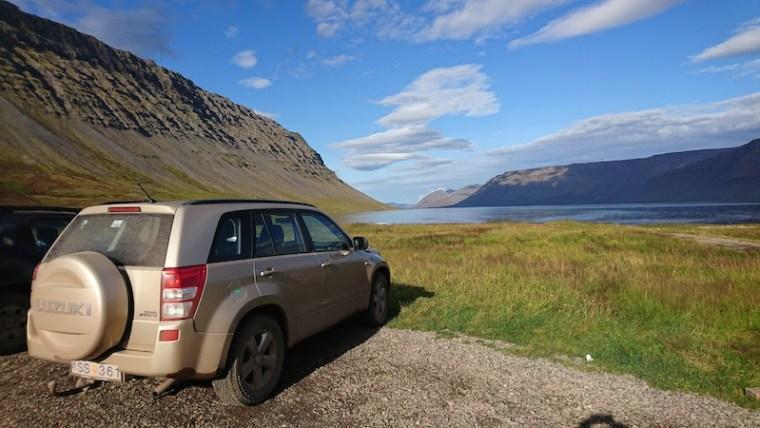 Nuestro jeep en Islandia: Suzuki Grand Vitara manual de gasolina. Aquí, aparcado en un paraje bellísimo en los fiordos del Oeste