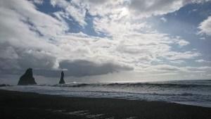 Formaciones rocosas en la playa negra Reynisfjara en Vik, al sur de Islandia