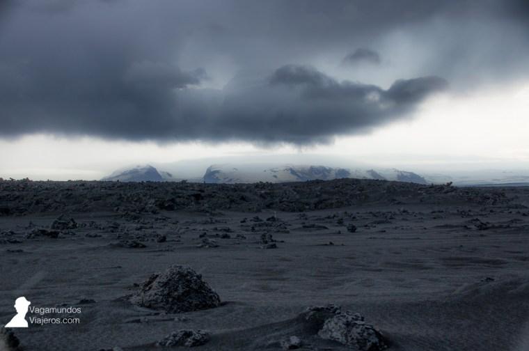 Vista del campo de hielo Vatnajökull desde el campo de lava Holuhraun