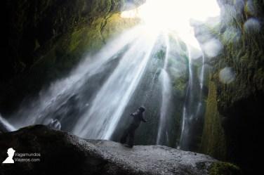 Cascada Gljufrabui en Islandia: el agua cae dentro de una cueva