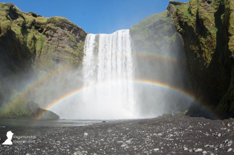 Doble arco iris frente a la cascada Skogafoss en Islandia
