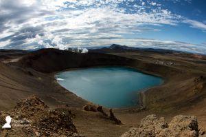 El cráter Viti con su lago turquesa, en la caldera volcánica Krafla, Islandia