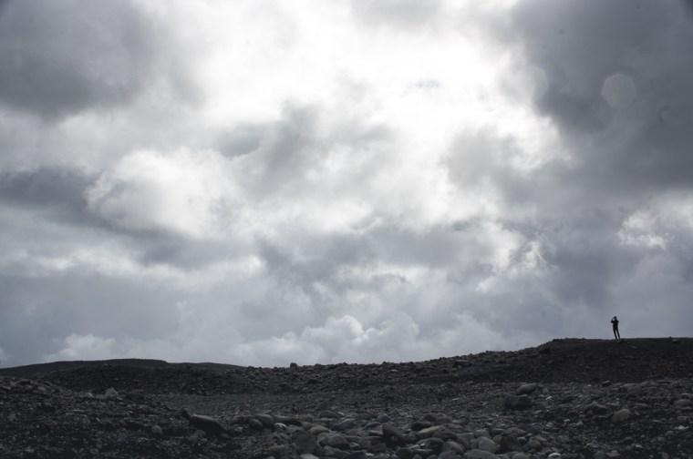 Cielo de nubes y lluvia sobre la negra tierra de Islandia