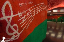 Las paredes pintadas de la estación de metro Solna Centrum, en Estocolmo