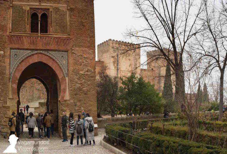 Puerta del Vino, uno de los edificios más antiguos de la Alhambra. Y Alcazaba al fondo.