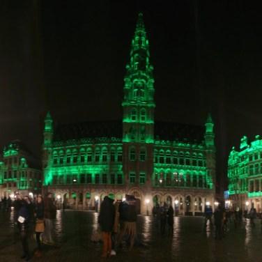 La Grand Place de Bruselas, iluminada de verde el 17 de marzo por San Patricio