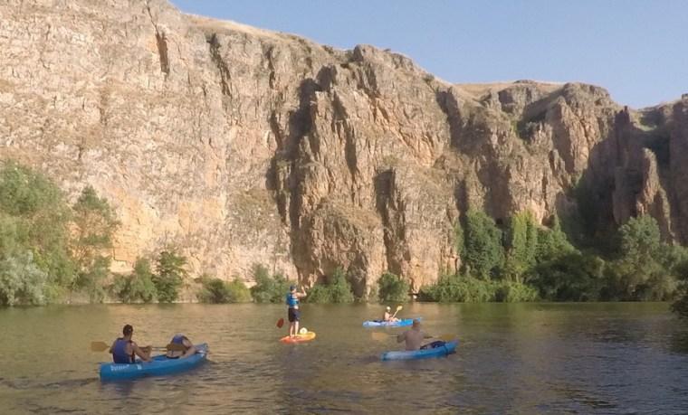 Haciendo paddle surf entre piraguas en el río Duratón