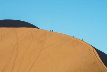 Turistas subiendo la duna Big Daddy, desierto de Namibia