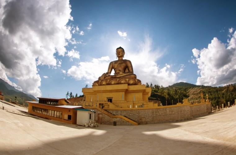 El Gran Buda Dordenma, enorme estatua en las montañas de Bután que celebra el 60 aniversario de uno de sus reyes