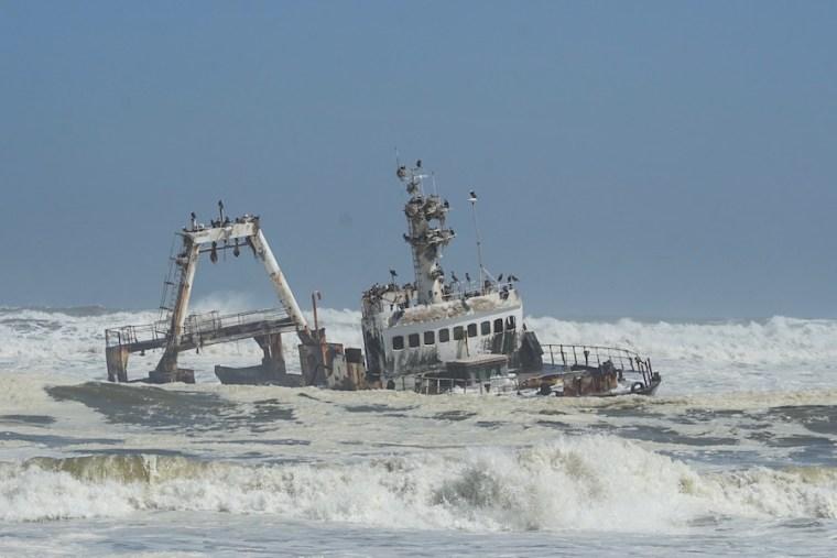 Un barco que naufragó y fue abandonado en la Costa de los Esqueletos de Namibia