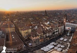 La plaza Erbe vista desde la torre Lamberti, Verona
