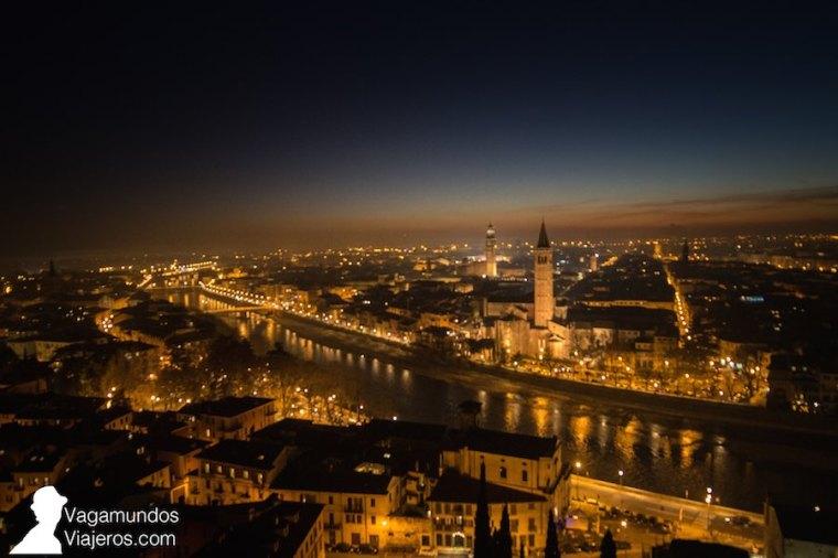 Vista de Verona de noche desde la colina del castillo de San Pedro