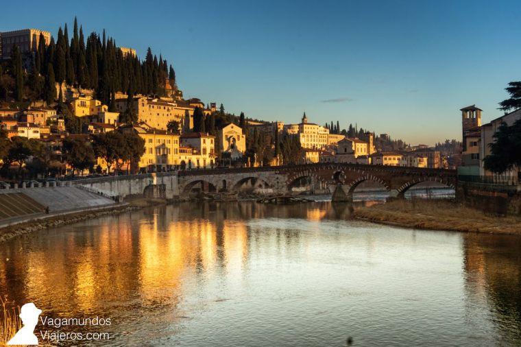 El Puente de Piedra sobre el río Adigio une el centro histórico de Verona con la colina del castillo de San Pedro