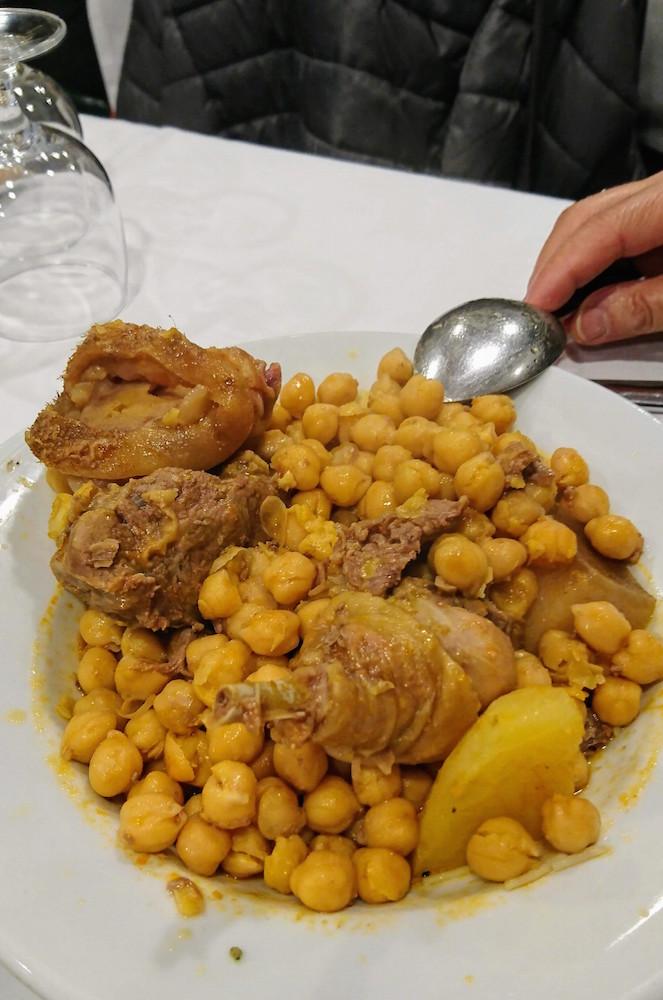 Garbanzos, pollo, patata, carne, tocino... componen el cocido de Taberna La Bola