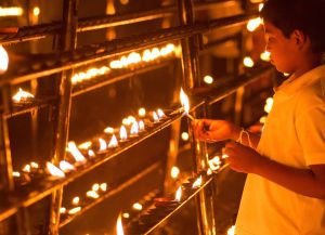 Ofrendas en el Templo del Diente de Kandy