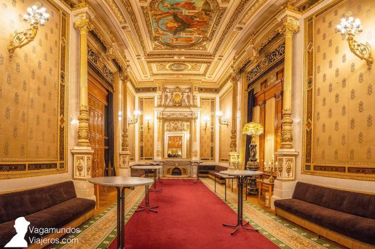 Uno de los lujosos salones de la Ópera de Viena