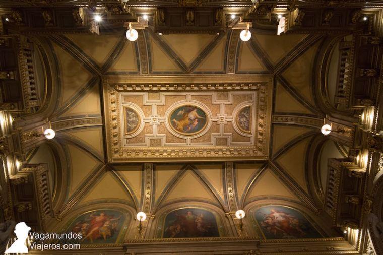 Techo y frescos sobre la escalera central de la Ópera de Viena