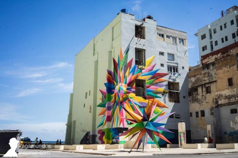La estrella del caos, mural hecho por Okuda con motivo de la Bienal de La Habana, en uno de los edificios del Malecón