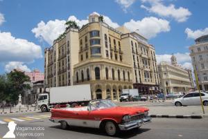 Un coche clásico, almendrón, circulando por La Habana, Cuba