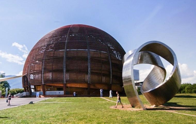 Escultura Wandering the immeasurable y Globo de Ciencia e Innovación en el CERN