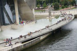 Instalación de niebla para Bilbao, de la artista japonesa Fujiko Nakaya, en el exterior del Guggenheim