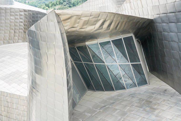 Planchas de titanio y cristal, los principales materiales visibles en el exterior del Museo Guggenheim Bilbao
