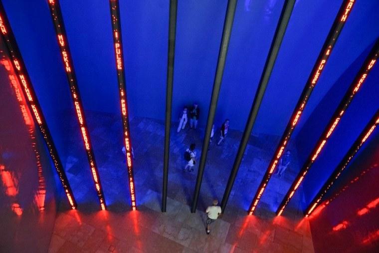 Instalación permanente de frases en luminosos led por Jenny Hozer en el Museo Guggenheim Bilbao