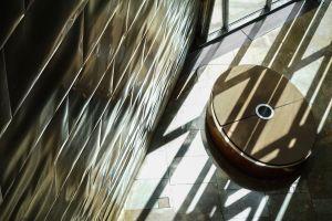Reflejos del sol sobre las planchas de aluminio que recubren la estructura del Museo Guggenheim Bilbao