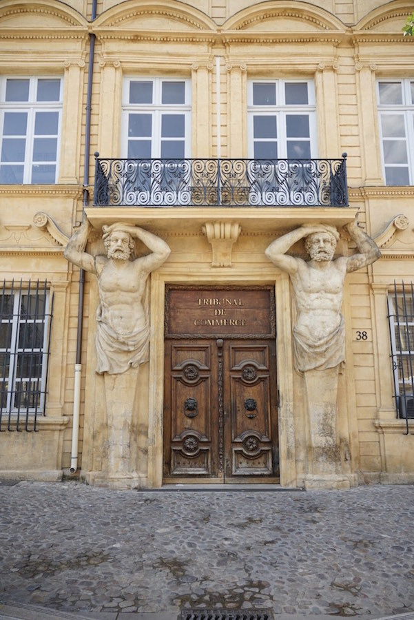 Edificio en Cours de Mirabeu, la calle principal de Aix en Provence, Francia
