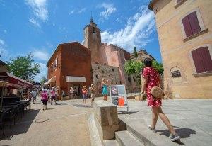 Paseando por las calles de Roussillon, uno de los pueblos más bonitos de Francia