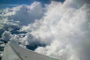 Nubes desde la ventanilla del avión en vuelo