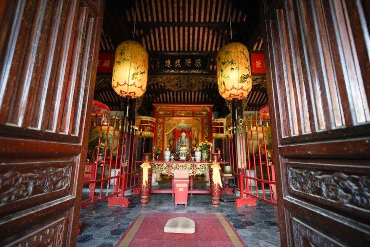Altar en un templo en Hoi An, Vietnam