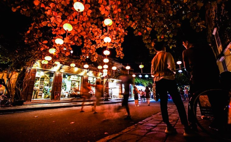 Calle de Hoi An iluminada con farolillos por la noche