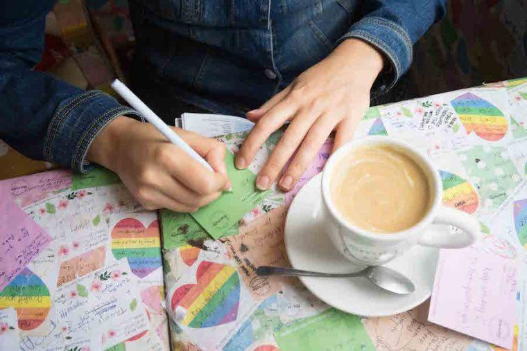 Dejando nuestro mensaje en el Note Coffee de Hanoi, Vietnam