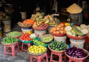 Puesto de venta de verduras en el mercado de Hoi An, Vietnam