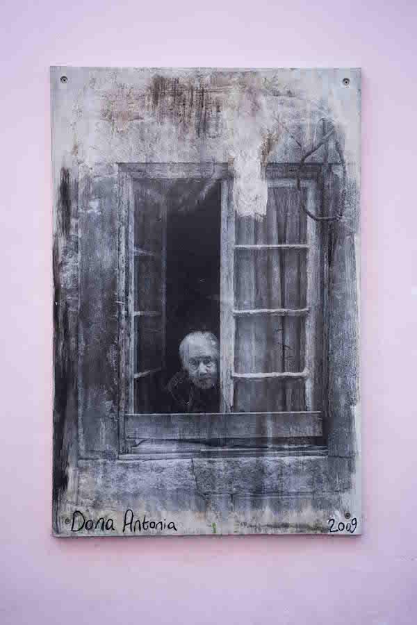 Una de las fotografías homenaje a los vecinos de Beco das Farinhas, Lisboa