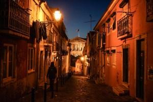 Caminando de noche por las calles alrededor de la Asamblea de la República en Lisboa