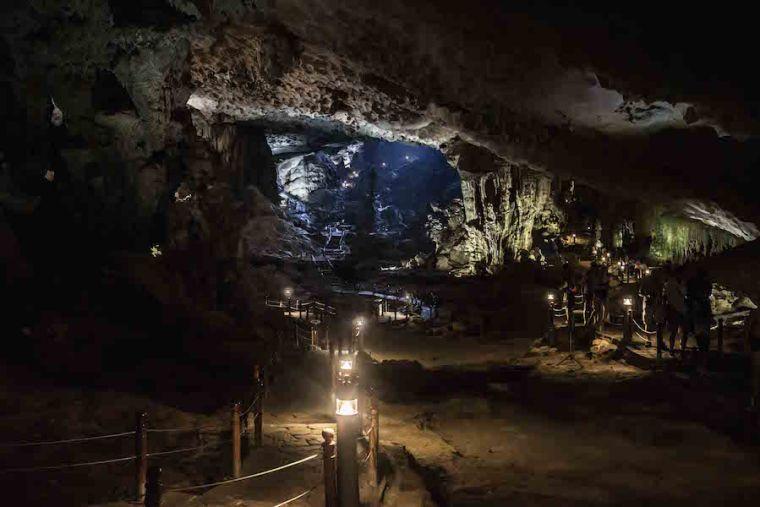 Interior de la Cueva Sorprendente, la más conocida de la bahía de Ha Long