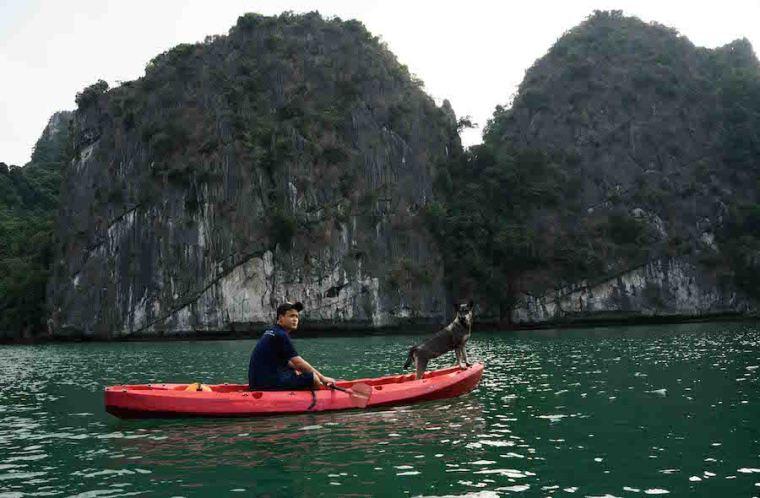 Haciendo kayak en la bahía de Ha Long