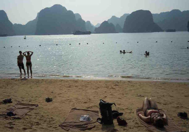 Playa de la isla Titop en la bahía de Ha Long