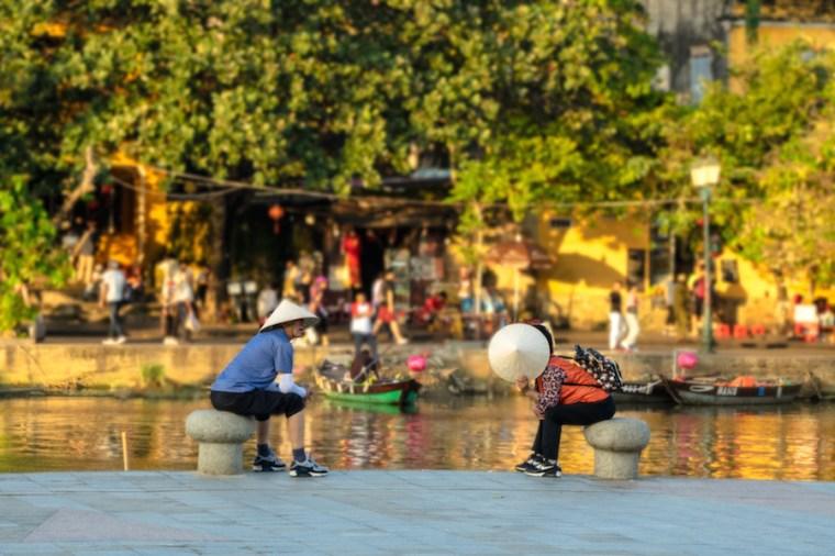 Conversaciones en la orilla del río Thu Bon en Hoi An