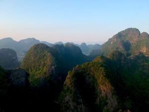 Los farallones de roca caliza característicos de Ninh Binh, Vietnam