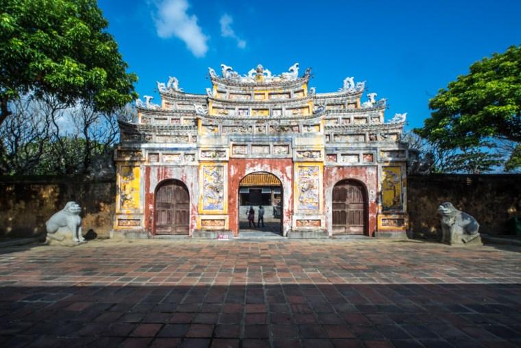Colorida puerta en la Ciudad Imperial de Hue