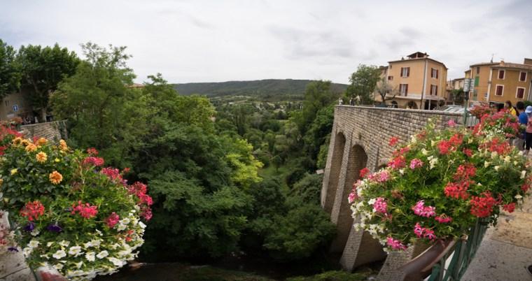 Puente sobre la cascada en Moustiers-Sainte-Marie