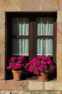 Detalle de una ventana en una de las casas de Santillana del Mar