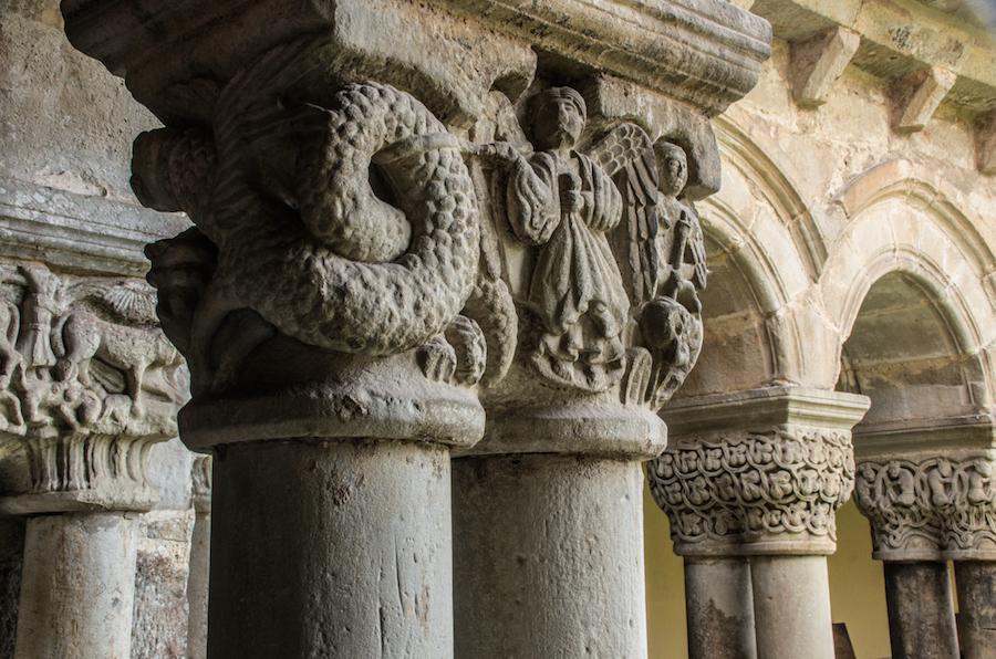 Detalle de los capiteles en el claustro de la Colegiata de Santa Juliana