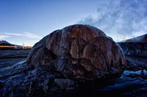 Montaña de sedimentos en los geiseres del Tatio en Atacama