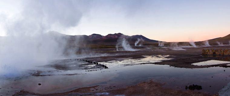 Las fumarolas son mayores al amanecer en los géiseres del Tatio, Atacama