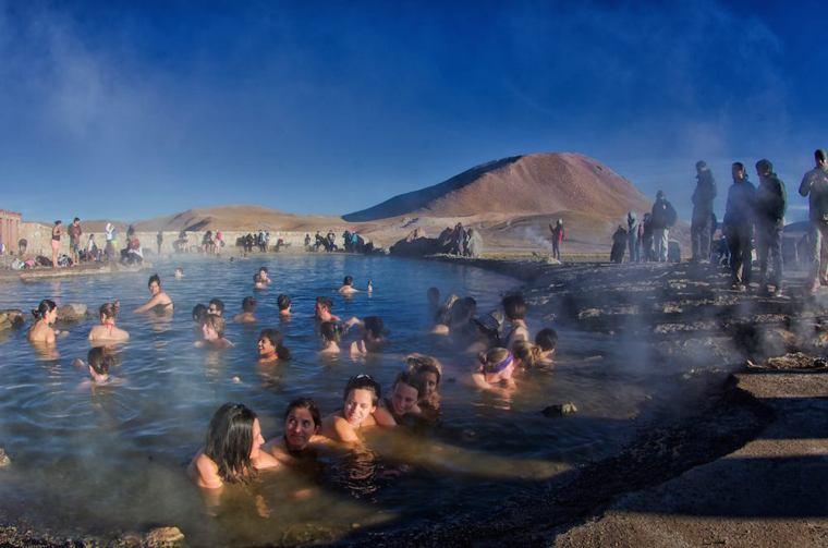 Baño en la laguna termal junto a los géiseres del Tatio en Atacama