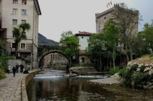 Confluencia de los ríos Quiviesa y Deva y Torre del Infantado en Potes, Cantabria